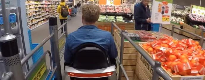 met de scootmobiel supermarkt in